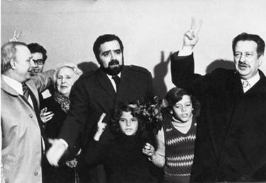 � chegada a Lisboa, em 2 de Maio de 1974 Com Piteira Santos (dt.�), vendo-se ainda Ramos da Costa (um dos fundadores do PS), Maria Lamas, Sottomayor Cardia (ao fundo) e duas crian�as, Jo�o Fiadeiro e a irm�