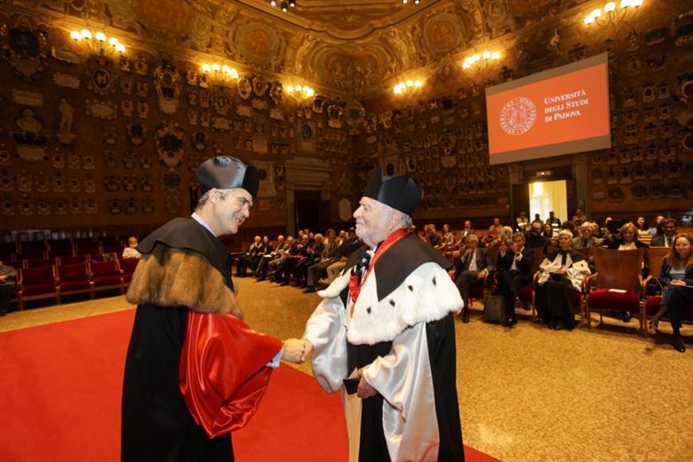 O reitor Rosario Rizzuto cumprimenta Manuel Alegre, com toga negra e uma gola em pelo de arminho